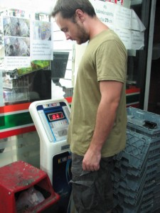 Весы на входе в Seven-Eleven.